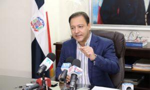 Abel Martínez pide limitar uso de carros públicos; ordena cierre de bares y cines.