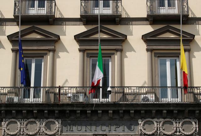 Italia con bandera a media asta en señal de duelo por la pandemia