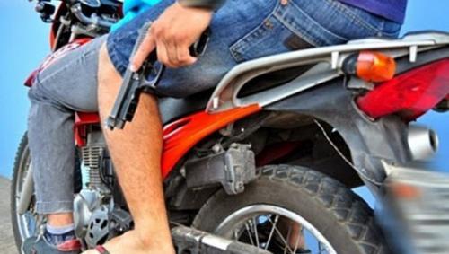 Motorizados matan a tiros a un hombre