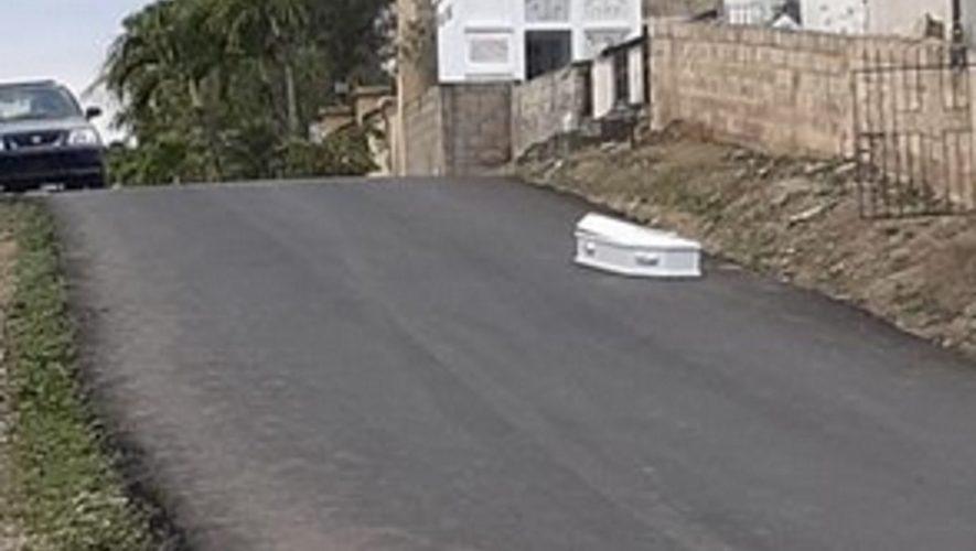 Otro ataúd abandonado en Santiago