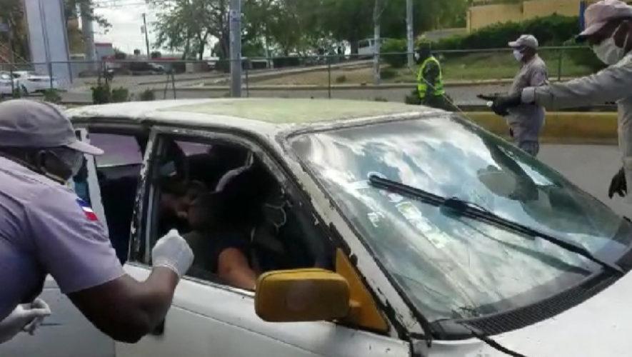 Autoridades chequean carros públicos para evitar el abordaje de más de tres personas