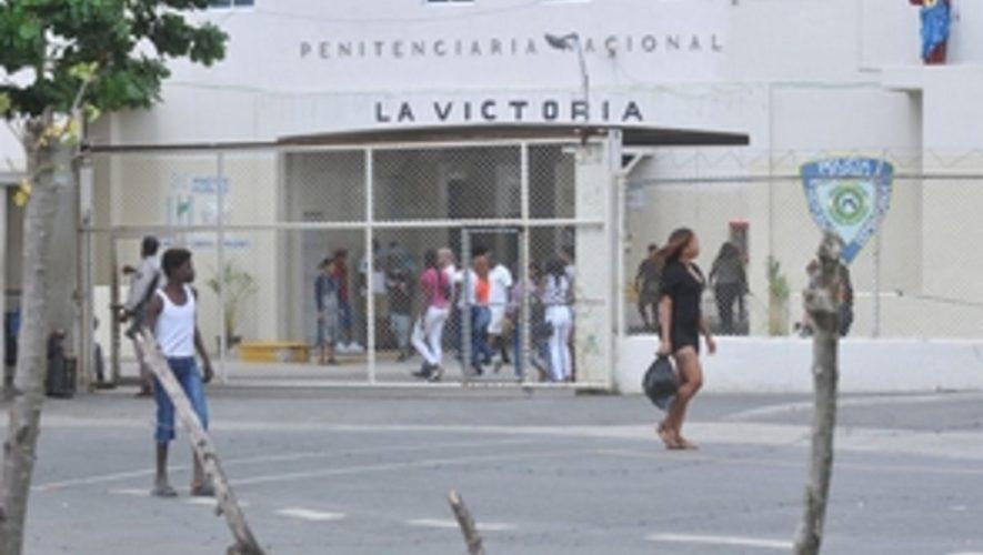 Internos de La Victoria hicieron entrega de armas blancas, celulares y drogas