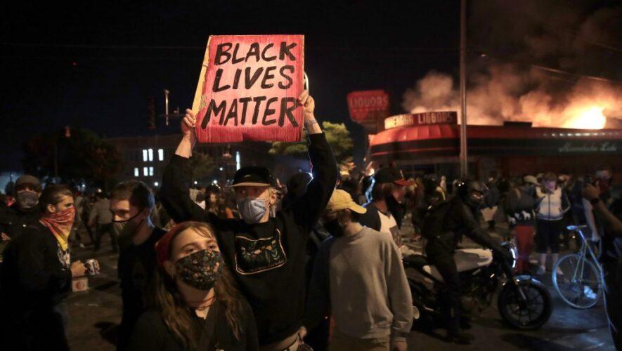 Manifestaciones por asesinato de afroamericano en Mineápolis se tornan violentas