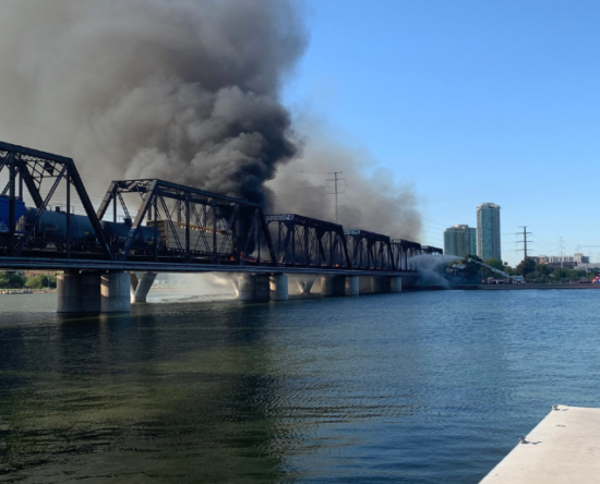 Incendio en EE.UU tras un tren descarrilarse