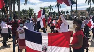 Manifestación frente al Palacio tras funcionaria promover bandera LGBT