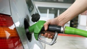 Precio de gasolina regular disminuye, otros combustibles suben
