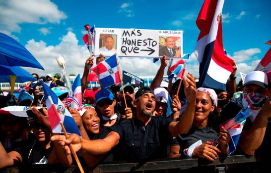 Protesta en la Plaza de la Bandera por medidas económicas del gobierno
