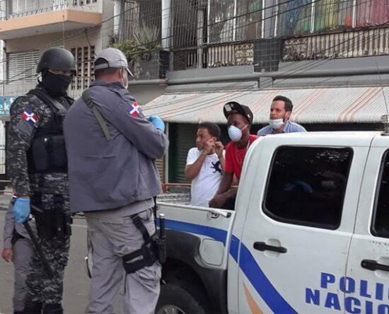 525 personas detenidas y 6 negocios cerrados por violar toque de queda