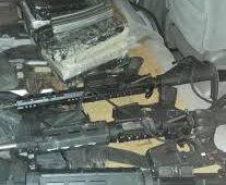 Incautan armas, droga y pertrechos militares en interior de una yipeta
