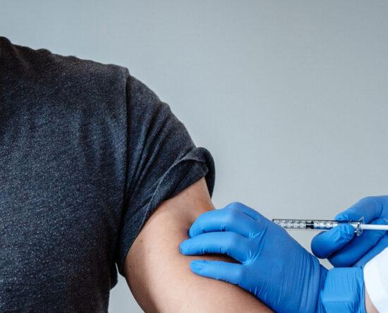 OMS advierte personas vacunada contra Covid pueden infectar otras