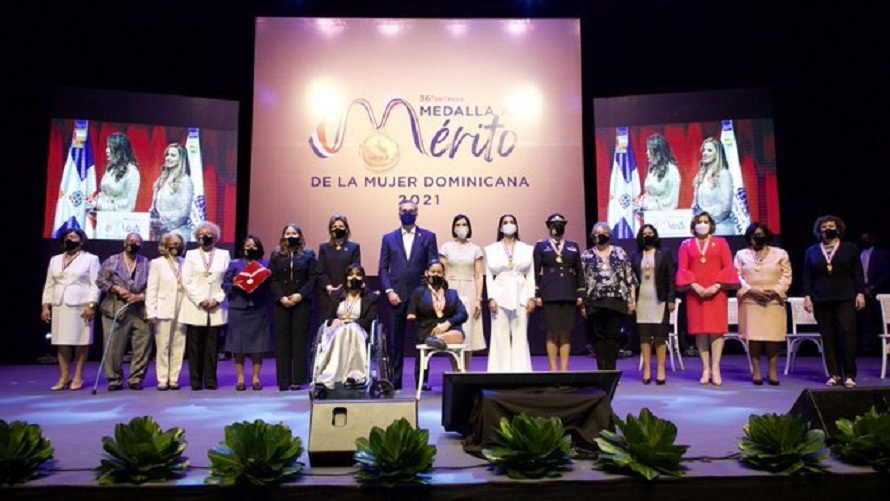 Presidente entrega medalla al merito a 14 mujeres; recibirán pensión, casa y carro.