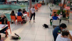 Circula imágenes de niños tomando clase en plaza comercial