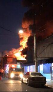 Un corto circuito provocó incendio en la fábrica de colchones La Reina