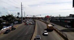 Un millón de pesos pagará mujer por conducir en vía contraria
